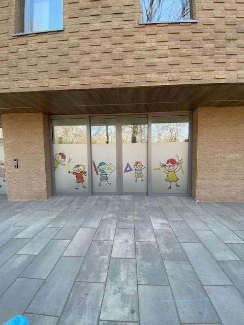 Okno z rysunkami dzieci