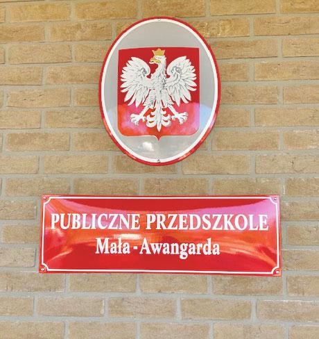 Godło Polski i czerwona Tabliczka informacyjna Przedszkola